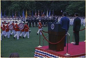 Presidente Nixon y el Presidente de México revisen las tropas, 15/06/1972.  (Identificador de los Archivos Nacionales: 194436)